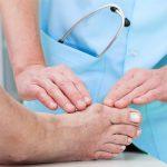 Проведение операции по удалению косточки на большом пальце ноги и реабилитационный период
